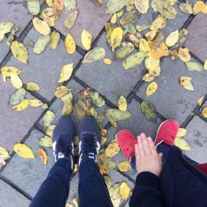 Jesień! A mój Synal jak zwykle pomylił lewy but z prawym #instamatki #jesień #spacer #zdzieckiem