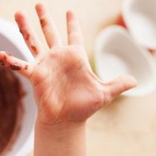 mano sporca di cioccolato