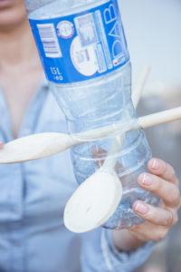 jak-zrobic-karmnik-dla-patkow-z-butelki-plastikowej-szczesliva47