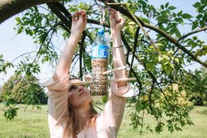 jak-zrobic-karmnik-dla-ptakow-z-butelki-plastikowej-szczesliva150