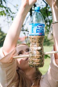 jak-zrobic-karmnik-dla-ptakow-z-butelki-plastikowej-szczesliva152