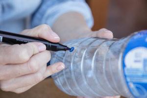 jak-zrobic-karmnik-dla-ptakow-z-butelki-plastikowej-szczesliva18