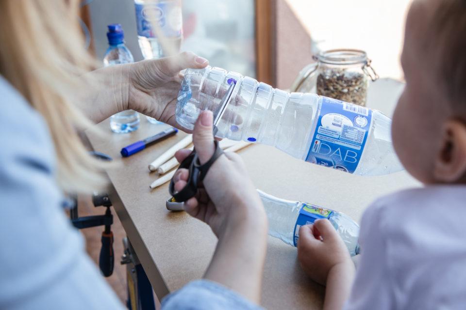 jak-zrobic-karmnik-dla-ptakow-z-butelki-plastikowej-szczesliva41